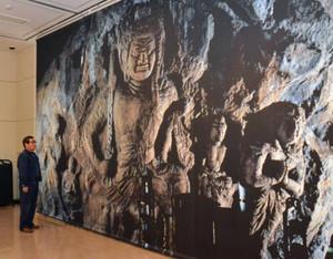 実物大の大岩日石寺石仏の写真タペストリーが展示されている会場=上市町舘で