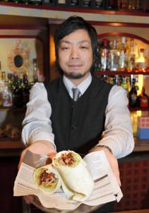 新ご当地グルメとして開発した「トヨタコス」=豊田市西町の「ヴォストークカフェ」で