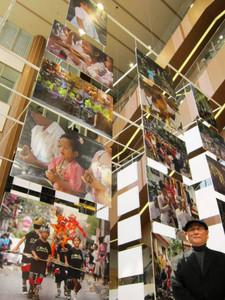 バリ島の人たちの笑顔に魅せられ、現地で写真を撮り始めた老川良一さん=岐阜市橋本町の岐阜シティ・タワー43で