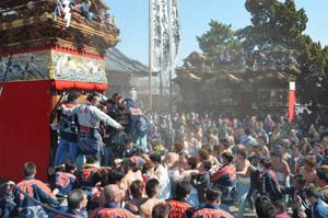 砂ぼこりを上げて引き回される山車=昨年3月、愛知県半田市の乙川八幡社で