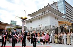 テープカットで完成を祝う出席者=静岡市葵区の駿府城公園で