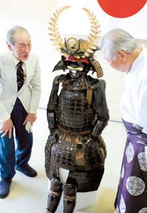甲冑を落合宮司に説明する三浦さん(左)=10日、静岡市駿河区で