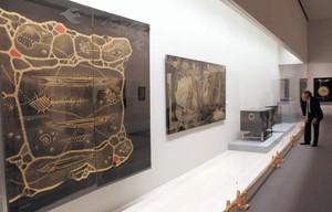 黒と金を基調とした幻想的な漆作品=安曇野市の安曇野高橋節郎記念美術館で