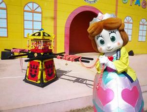 特製法被を着てダンスを踊り、ダイヤブロックでできた「おみこし」を引く=愛知県美浜町の南知多おもちゃ王国