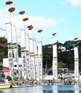 高さ20メートルのとも旗を立てて巡航する船=昨年5月、石川県能登町の小木港で
