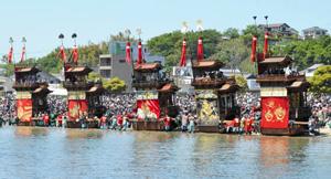 亀崎潮干祭で砂浜に勢ぞろいした5台の山車=昨年5月、愛知県半田市で