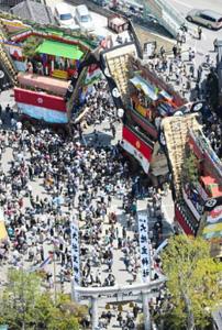 勢ぞろいした3基の「でか山」と呼ばれる山車=昨年5月、石川県七尾市で