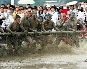 泥まみれで忌竹を取り合う人たち=昨年、三重県志摩市の伊雑宮で