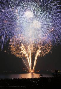 夜空を彩る花火(昨年の大会から)=津市の阿漕浦海岸で(多重露光)