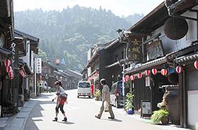 旧城下町の家並み。後方の山の上に岩村城跡がある=恵那市岩村町で