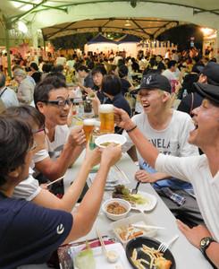 生ビールや料理を楽しむ人たち=松本市中央西公園で