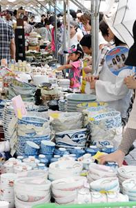器がずらりと並び、掘り出し物を探す人でにぎわった廉売市=昨年、愛知県瀬戸市で