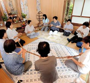 車座になった住民が、念仏を唱えながら大数珠を回す「清崎の百万遍念仏」=昨年、愛知県設楽町清崎の毘沙門堂で