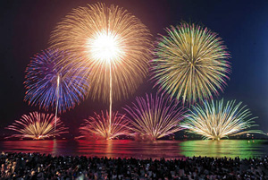 夜空を彩った三国花火大会=昨年8月、福井県坂井市で