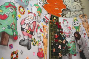きらびやかな凧が、クリスマスムードを盛り上げている=東近江市の東近江大凧会館で