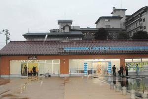 赤瓦の屋根が目を引く九谷広場ふれあい情報館の外観=加賀市山代温泉神明町で