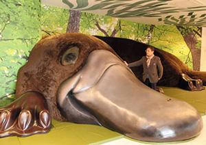 四日市市のオーストラリア記念館から引き取ったカモノハシの巨大模型「カモン」と樋口良三さん=津市白塚町の樋口友好ミュージアムで
