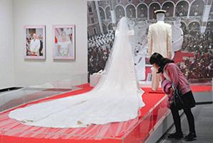 会場に展示されたモナコのシャルレーヌ公妃が着たウエディングドレス=名古屋・栄の松坂屋美術館で