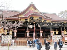 北野天満宮で学業成績の向上を願う中学生たち=いずれも京都市で
