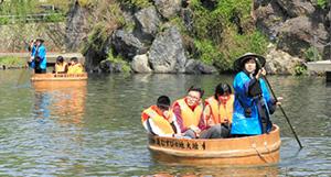 水門川をゆったりと進むたらい舟=大垣市内で