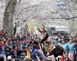 上げ馬に成功し、祝福される騎手の少年=三重県東員町の猪名部神社で
