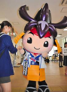学生に名刺を配る刈谷市の「かつなりくん」=愛知県刈谷市の愛知教育大で