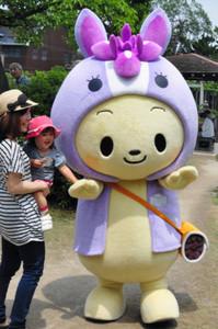 親子と記念撮影する知立市の「ちりゅっぴ」=愛知県知立市の知立公園で