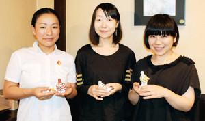ライチョウの張り子を制作した(左から)梅川さん、小沢さん、中川さん=松本市中央で