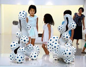 陶芸家、中島晴美さんの作品「苦闘する形態」に見入る子どもたち=多治見市東町の県現代陶芸美術館で