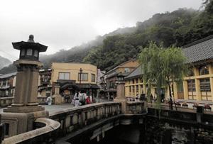 城崎温泉は柳並木や石造りの橋など景観も情緒たっぷり