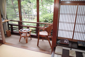 志賀直哉が滞在して小説「暗夜行路」を執筆した旅館「三木屋」の和室=いずれも兵庫県豊岡市城崎町で