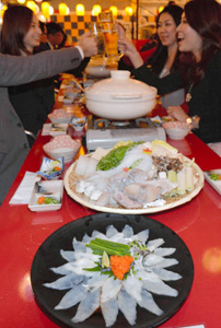 さまざまなふぐ料理などが楽しめる「柳橋とらふぐ鍋ガーデン」=名古屋市中村区で