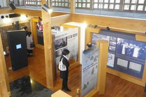 杉原千畝記念館で足跡を記したパネルに見入る入館者