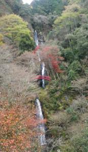 滝を縫うように遊歩道がある五宝滝