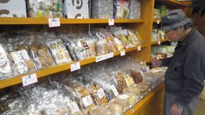 さまざまなせんべいが並ぶ八百津せんべい本舗の店内=いずれも岐阜県八百津町で
