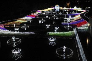 色とりどりに水面に映し出される堀金・穂高地区の電飾=安曇野市の国営アルプスあづみの公園で