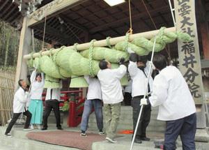 新年を前に、新たな大しめ縄を設置する氏子ら=福井市渕2の出雲大社福井分院で