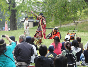 観光客に人気がある信州上田おもてなし武将隊の公演=上田市の上田城跡公園で