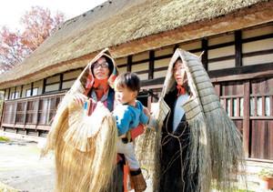貸し出しが始まった山間部の昔ながらの雪よけ用の着衣=富山市安養坊で