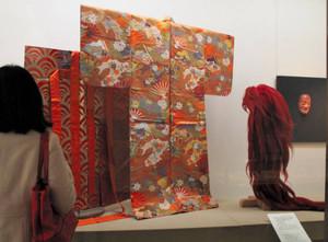 「猩々」で使う能面や装束=彦根城博物館で