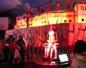 ドラマ名になった出城「真田丸」のセットと真田信繁の赤備えの甲冑=上田市の大河ドラマ館で