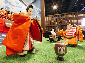 ラグビー日本代表の五郎丸選手をモデルにしたひな人形などが並ぶ会場=郡上市の郡上八幡博覧館で