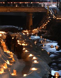雪灯りの散歩路=昨年