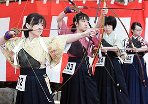 弓始奉射会 華やかな和装で弓を放つ参加者=2016年1月、名古屋市中区の愛知県護国神社で
