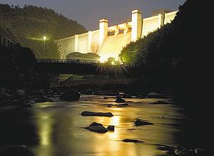 毎年恒例の比奈知ダムのライトアップ(水資源機構木津川ダム総合管理所提供)
