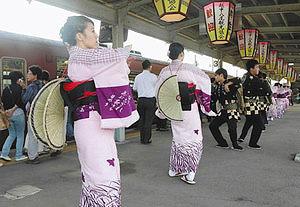 2、3日には駅前で披露されることが決まった「見送りおわら」=昨年9月4日、JR越中八尾駅で