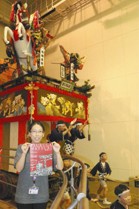 敦賀まつりで巡行する豪華絢爛な山車=敦賀市相生町で