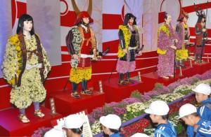 井伊直虎(左)などの菊人形が並ぶ会場=越前市武生中央公園で