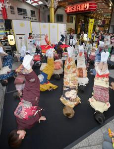 商店街で和服の参加者が披露する「金のしゃちほこ」=名古屋市中区大須3のふれあい広場で