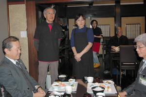 新装開店するカフェであいさつする林美佐雄さんと絹江さん夫妻(中央)=砺波市高波で